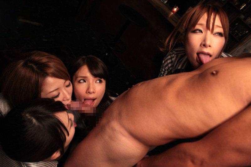 ギャルたちに囲まれながらハーレムフェラをされるエロ画像!!フェラされながらの乳首舐めがエロすぎる