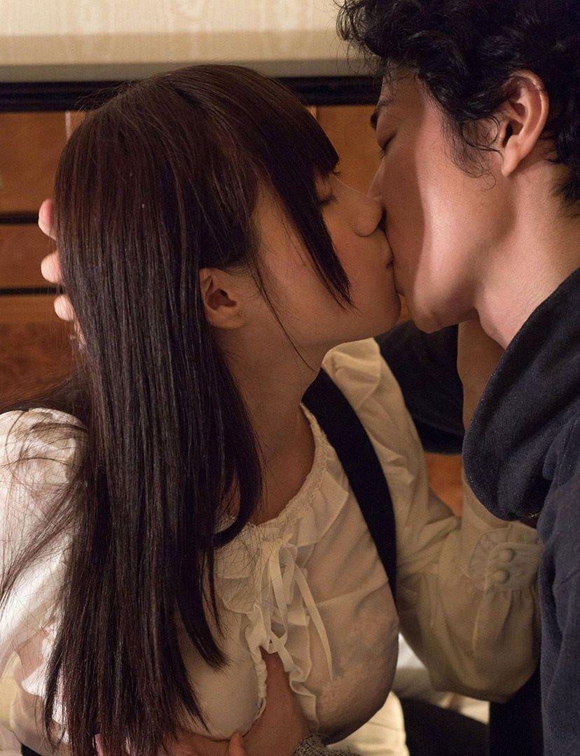 キスセックスしている女の子のエロ画像!!男に跨りながらキスしてる美少女や、下着姿で手マンされてる女の子がたまりません
