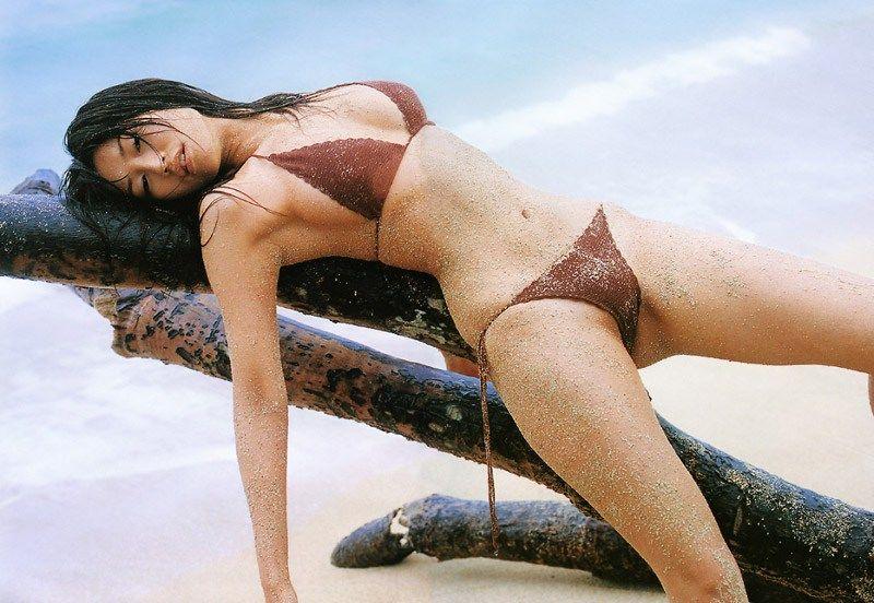 森下千里さんのエロ画像まとめ!!浜辺で砂まみれの体がエロい!!ハリのあるおっぱいとくびれがそそる