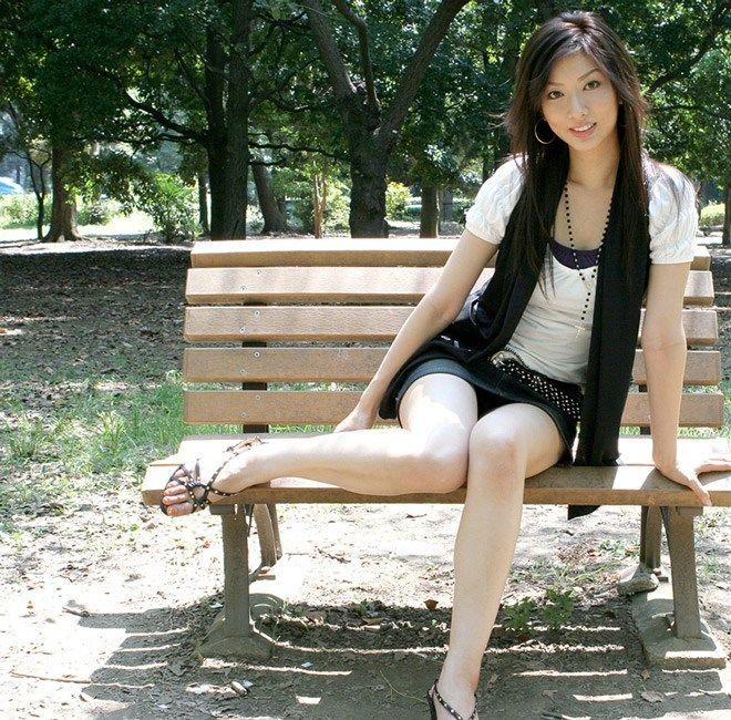 美脚の女の子のえっちな足画像!!ミニスカートから見える白い太ももがえろい!!スーツのお姉さんの美脚が好きすぎる