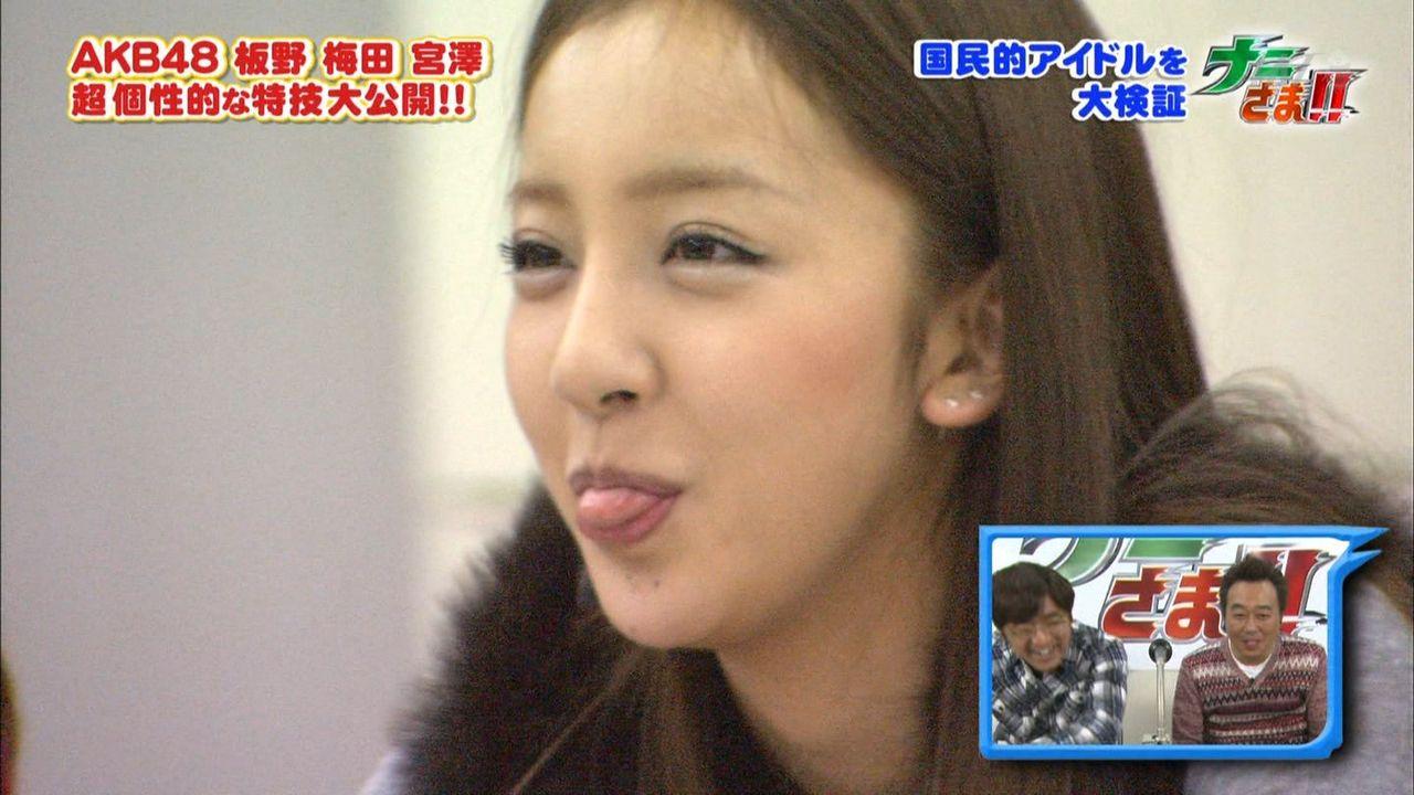 舌を出す女の子の画像大放出!!舌を出して飴を舐める水着の女の子や、長い舌のきれいなおねえさんがたまりません