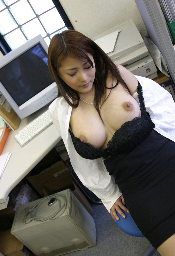 自分のおっぱいを見せて少し恥ずかしそうにしてる女の子のえろ画像!!脱ぎ掛けのブラから乳首が見えちゃってる女の子がめちゃくちゃエロい