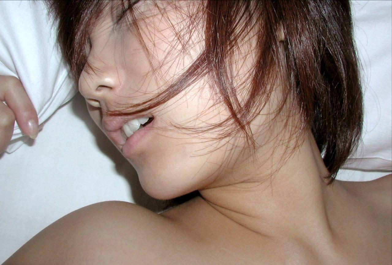 気持ちよくてイキ顔の女の子のエロ画像!!寝バックで突かれて気持ちよさそうな女の子や、バックで後ろから挿入されるギャルがエロい