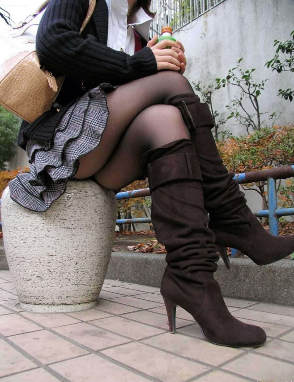ロングブーツを履いている女の子のエロ画像まとめ!!ブーツを履いたまま四つん這いでバイブをハメられる女の子がエロすぎる