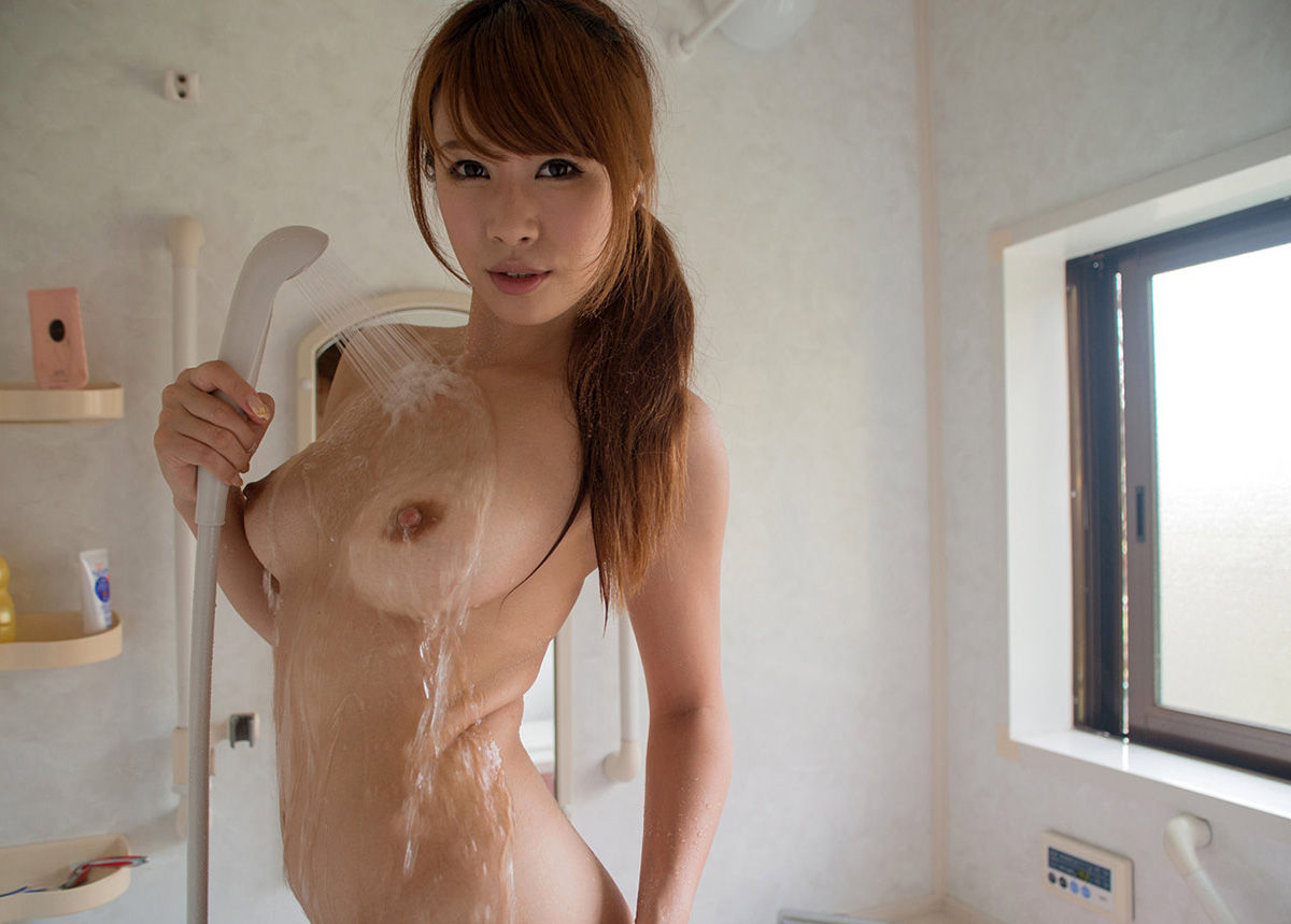 シャワー中の女の子のエロ画像!!美脚のショートカットの女の子や、シャワーヘッドをおっぱいに挟む女の子がたまりません